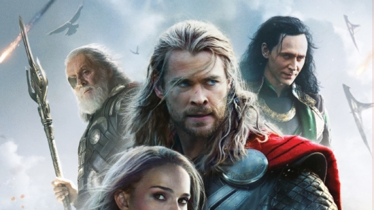 Thor (Chris Hemsworth, M.), Jane Foster (Natalie Portman), Odin (Anthony Hopkins, l.), Loki (Tom Hiddleston).