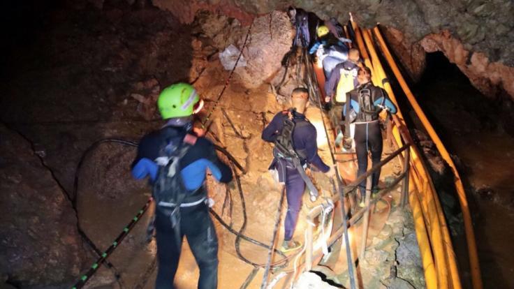 Thailändische Rettungstaucher in der Höhle, in der zwölf Jugendliche und ihr Trainer seit dem 23. Juni eingeschlossen sind. (Foto)