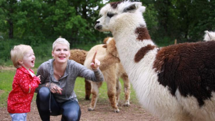 Melanie Müller und Töchterchen Mia Rose haben sichtlich Spaß mit den Alpakas.