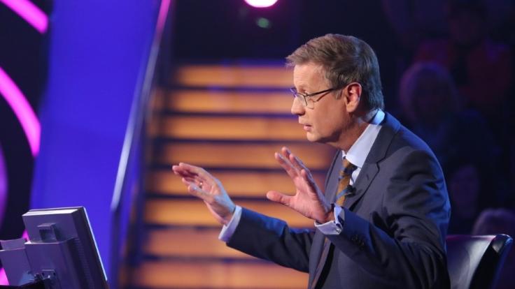 Günther Jauch bringt die Kandidaten bei