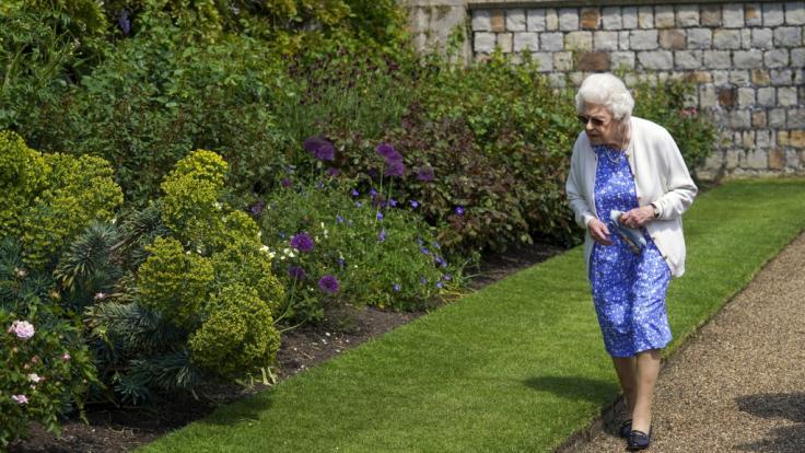 Königin Elizabeth II. betrachtet ein Beet in den Gärten von Schloss Windsor. (Foto)