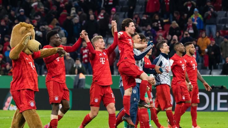 Die Spieler des FC Bayern München feiern nach dem Spiel ihren Sieg mit den Fans.