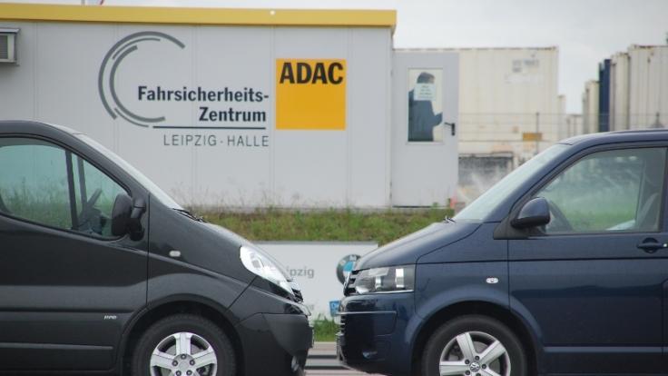 Im news.de-Vergleichstest: Opel Vivano Life Cosmo (links) und VW T5 Multivan (rechts).