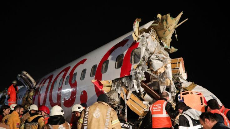 Bei einem Flugzeugunglück in Istanbul sind mindestens drei Menschen ums Leben gekommen.