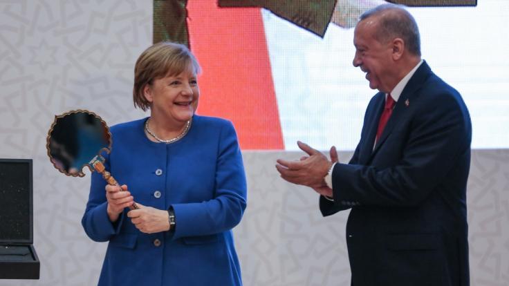 Bundeskanzlerin Angela Merkel möchte der Türkei bei der Bewältigung der Flüchtlingskrise finanziell mehr unter die Arme greifen. (Foto)