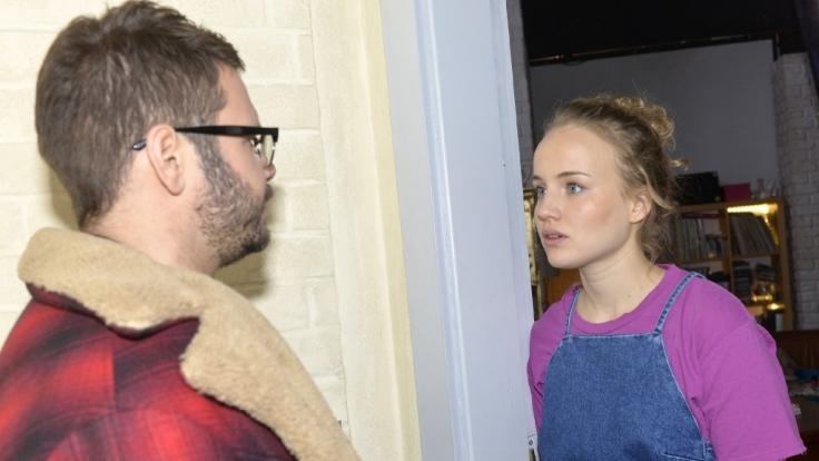 Jule (Luise von Finckh) fühlt sich von Tuner (Thomas Drechsel) ungerecht behandelt. Hat ihre Liebe noch eine Chance?