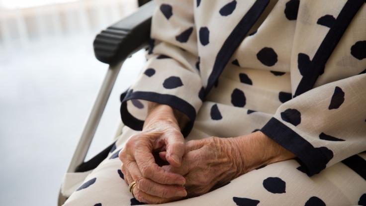 Drei Mal soll sich der 19-Jährige an der Rentnerin vergangen haben. (Symbolbild)