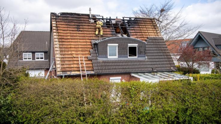 Einsatzkräfte der Feuerwehr Bremen arbeiten an einem durch Feuer beschädigten Haus im Stadtteil Mahndorf. Beim Brand eines Einfamilienhauses am Weserdeich sind nach Feuerwehrangaben vier Menschen getötet worden. (Foto)