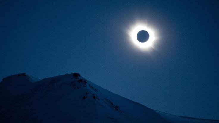Blick auf die Sonnenfinsternis über Svalbard in Norwegen. (Foto: Olav Jon Nesvold)