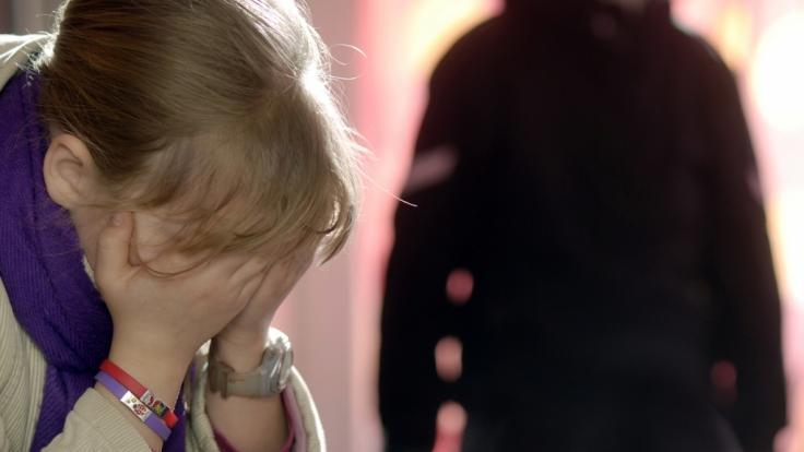 13 Jahre lang ließ es eine Mutter zu, dass ihre Tochter regelmäßig missbraucht wurde (Symbolbild).