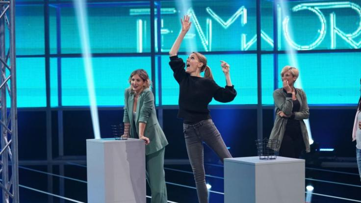 """Jeannine Michaelsen (l.) schaut zu, wie sich Martina Hill (m.) für ihren Fan Wiebke (r.) bei """"Teamwork"""" ins Zeug legt. (Foto)"""