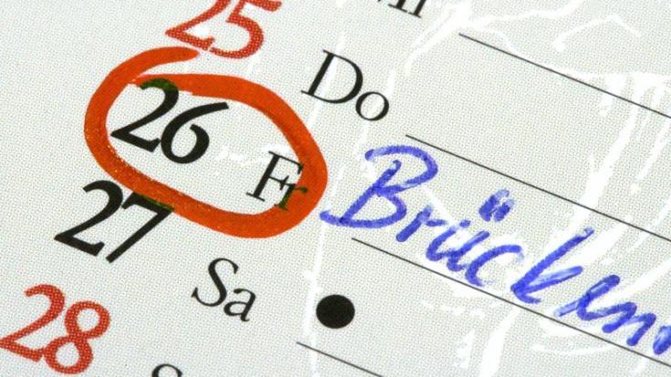 Wer Brückentage clever nutzt, kann Urlaubstage sparen. (Foto)