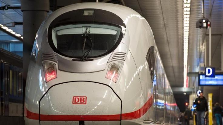 Ein ICE auf dem Weg von Frankfurt nach Köln erfasste offenbar unbemerkt eine Person und spießte diese auf. (Symbolbild)