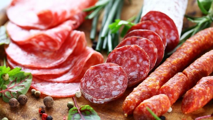 Mehrere Sorten Salami des Herstellers Mega Fleisch mit Sitz in Stuttgart werden aus Gründen des vorbeugenden Verbraucherschutzes zurückgerufen (Symbolbild).