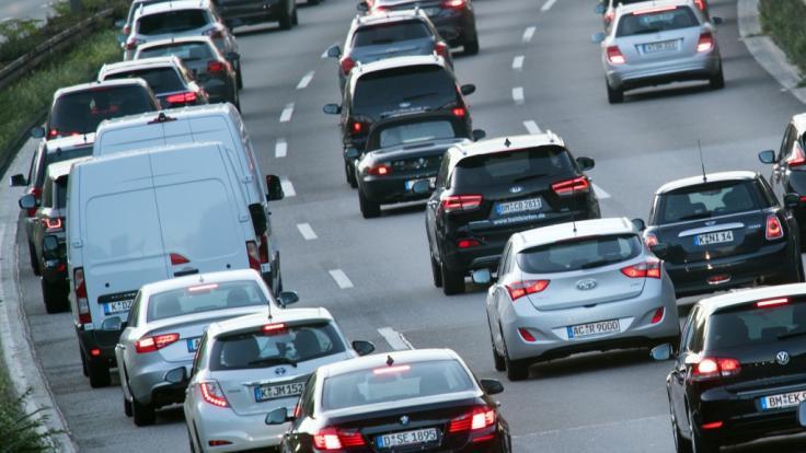 Autofahrer müssen am Wochenende viel Geduld haben: In einigen Bundesländern beginnen die Osterferien. (Foto)