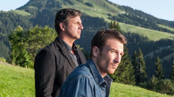 Martin Gruber (Hans Sigl, li.) und Bruder Hans (Heiko Ruprecht, re.) sind sich uneinig: Soll Anne Meierling auf dem Hof bleiben oder muss sie gehen? (Foto)