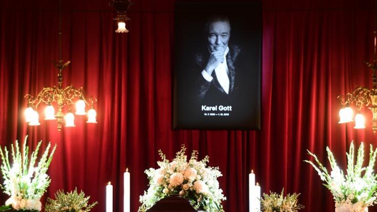 Ein Sarg mit dem Leichnam von Karel Gott steht im Prager Sophienpalais kurz vor Beginn der öffentlichen Aufbahrung des Sängers, darüber hängt ein Porträt von ihm. (Foto)