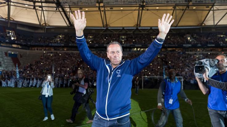Huub Stevens sitzt gegen Leipzig auf der Trainer-Bank. (Foto)