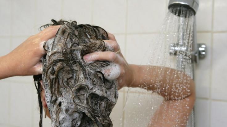 Sie schäumen gut und reinigen die Haare sehr gut, doch meistens zu gut. Zu starke Tenside (Sulfate) können die Kopfhaut und die Haare austrocknen.