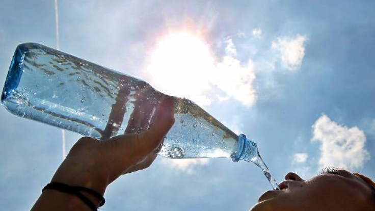 Viel Flüssigkeit zu sich zu nehmen ist bei Hitze unerlässlich?