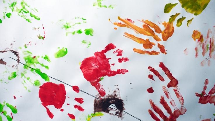 Mit Fingermalfarbe zu spielen ist für Kinder eine große Freude - doch im August 2019 wird Malfarbe wegen Keimbelastung zurückgerufen (Symbolfoto). (Foto)