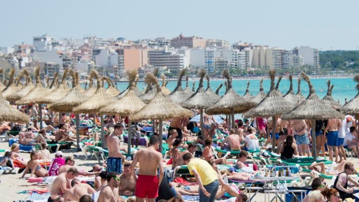 Urlauber tummeln sich am Strand von Arenal auf Mallorca. Droht auch hier demnächst ein Alkohol-Verbot?