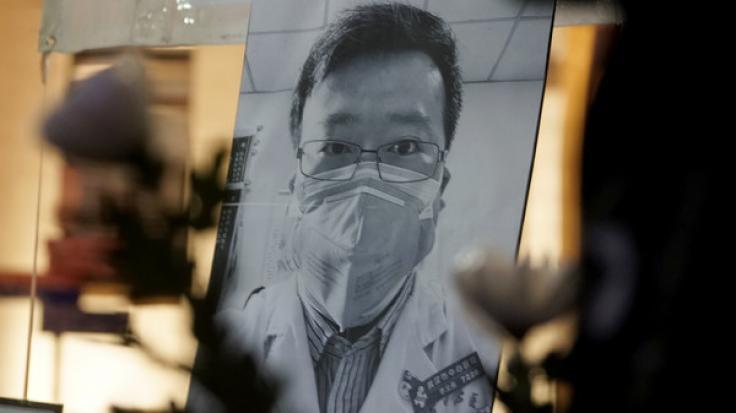 Ein Porträt des chinesischen Arztes Dr. Li Wenliang ist aufgestellt, damit Menschen Blumen niederlegen und trauern können. (Foto)