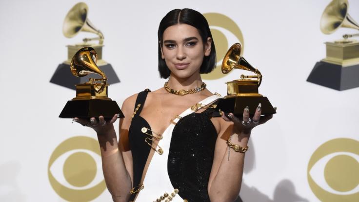Sängerin Dua Lipa zeigt im Rahmen der 61. Grammy Awards im Staples Center die Auszeichnungen als beste neue Künstlerin des Jahres und für die beste Dance-Aufnahme.