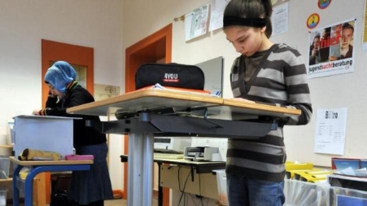 Stehen im Unterricht: Was zunächst nach Strafe aussieht, kann mit abwechselndem Sitzen zum besseren Lernen führen.