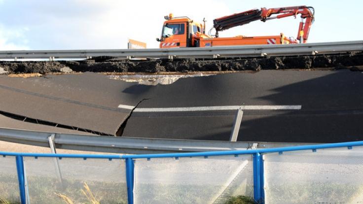 Die Fahrbahn in Richtung Westen war Ende September auf rund 100 Metern Länge etwa einen halben Meter abgesackt, jetzt ist sie metertief weggebrochen. (Foto)