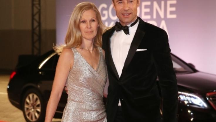 Entertainer Kai Pflaume und Ehefrau Ilke kommen am 06.02.2016 in Hamburg über den roten Teppich zur Verleihung der 51. Goldenen Kamera. (Foto)