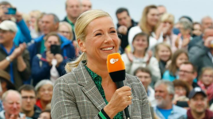 """Andrea Kiewel begrüßt ihre Fans am 12. September 2021 zu einer neuen Ausgabe im """"ZDF Fernsehgarten"""". (Foto)"""