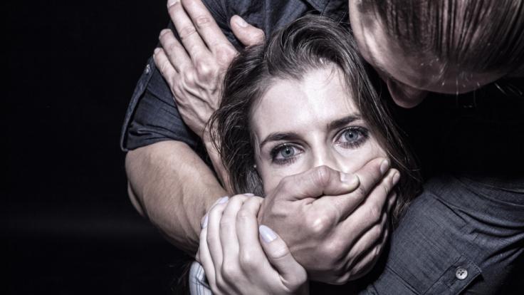 In Mannheim wurde eine 15-Jährige in einem Park vergewaltigt. (Symbolbild) (Foto)
