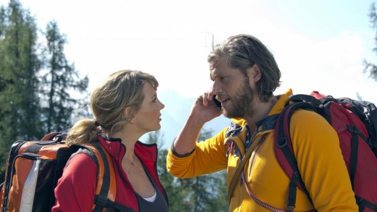 Katharina (Luise Bähr) und Markus (Sebastian Ströbel) koordinieren den Rettungseinsatz mit den anderen Bergrettern.