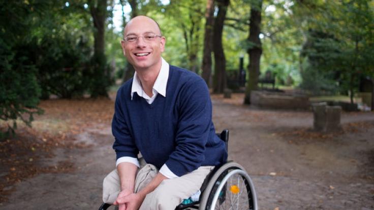 Der gebürtige Niederländer Viktor Staudt wollte seinem Leben ein Ende setzen und sprang vor einen Zug. Er überlebt, verlor beide Beine und sitzt seither im Rollstuhl.