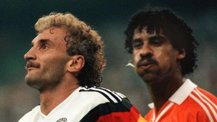 Unschöne Episode aus der Fußballgeschichte: Rudi Völler wird von Frank Rijkaard angespuckt. (Foto)