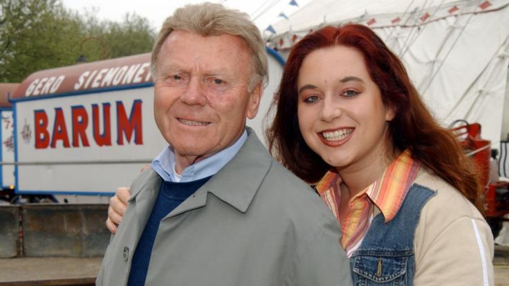 Schauspielerin Rebecca Siemoneit-Barum mit ihrem Vater Gerd Simoneit-Barum in Düsseldorf vor dem Circus Barum. (Foto)