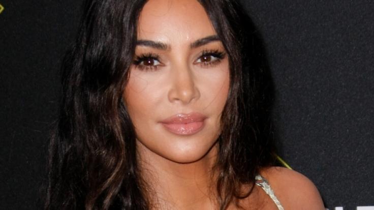 Kim Kardashian ist plötzlich ganz scheu. (Foto)