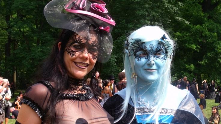 Zu viel Kleidung lenkt von den wesentlichen Details ab - den aufwendigen Masken! (Foto)