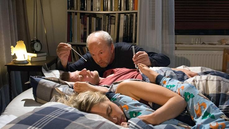 Vater Uli (Michael Gwisdek) lässt nichts unversucht, um herauszufinden, welches seiner Kinder nicht von ihm ist.