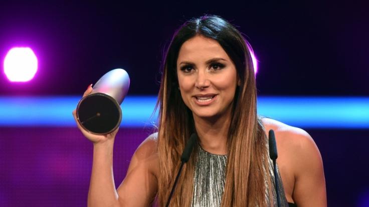 Enissa Amani freut sich am 20. Oktober letzten Jahres in Köln bei der Verleihung des Deutschen Comedypreises über den Preis in der Kategorie