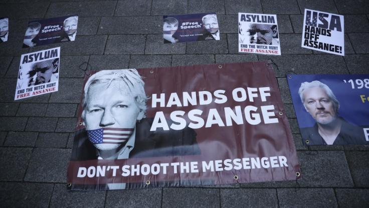 Plakate mit dem Konterfei von Julian Assange: Der Wikileaks-Gründer ist in London von Metropolitan Police festgenommen worden.