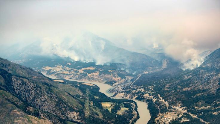 Die Wälder in den Bergen nördlich von Lytton brennen. (Foto)