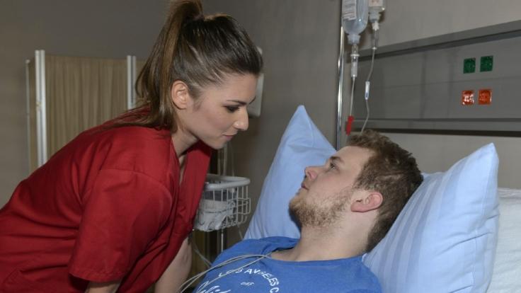 Azubi-Krankenschwester Lea (Susanna Okonowski) verdreht Jonas (Felix van Deventer) bei GZSZ den Kopf. (Foto)