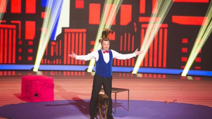 Kann Leonid (M.) mit seinem Hund Klitschko (unten) die Juroren überzeugen? (Foto)
