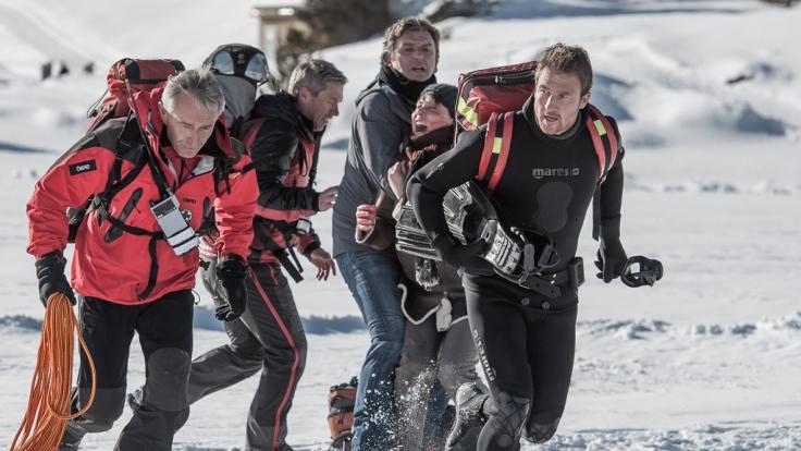 Als ein Junge im Eis einbricht, müssen Martin (Hans Sigl, Mitte), Hans (Heiko Ruprecht) und die Bergretter schnell handeln. (Foto)