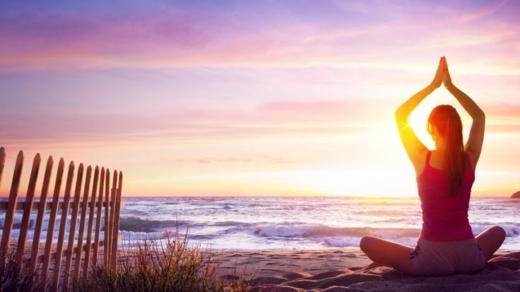 Yoga kann gegen viele Alltagsbeschwerden helfen.