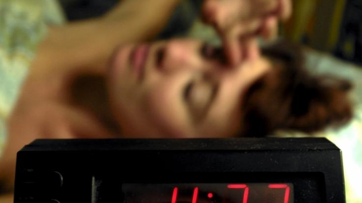 Wer dauernd verschläft und deshalb zu spät zur Arbeit kommt, muss mit einer Kündigung rechnen. (Foto)