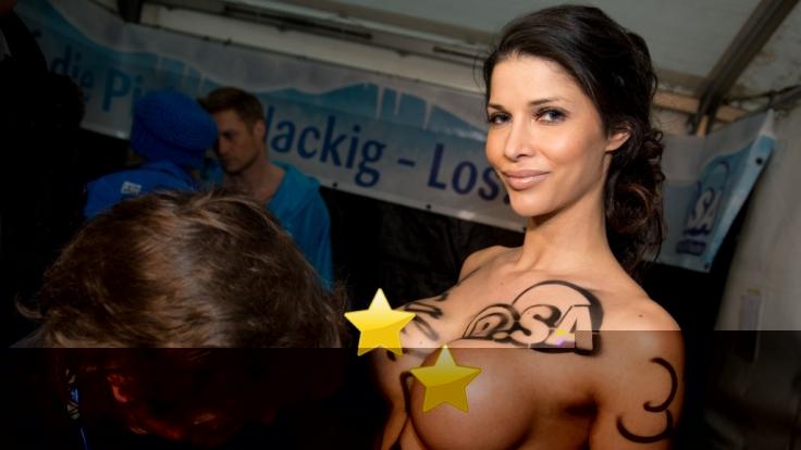 Micaela Schäfer ist auch auf Mallorca jederzeit für Provokationen zu haben und geht mit ihrem Busenfreundinnen auf Tuchfühlung. (Foto)