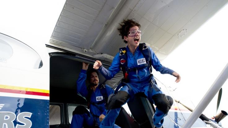 Kiki (Julia Koschitz) wagt den Sprung aus einem Kleinflugzeug. (Foto)